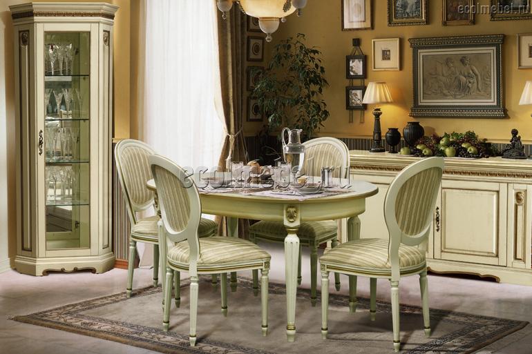 Белая гостиная со столом